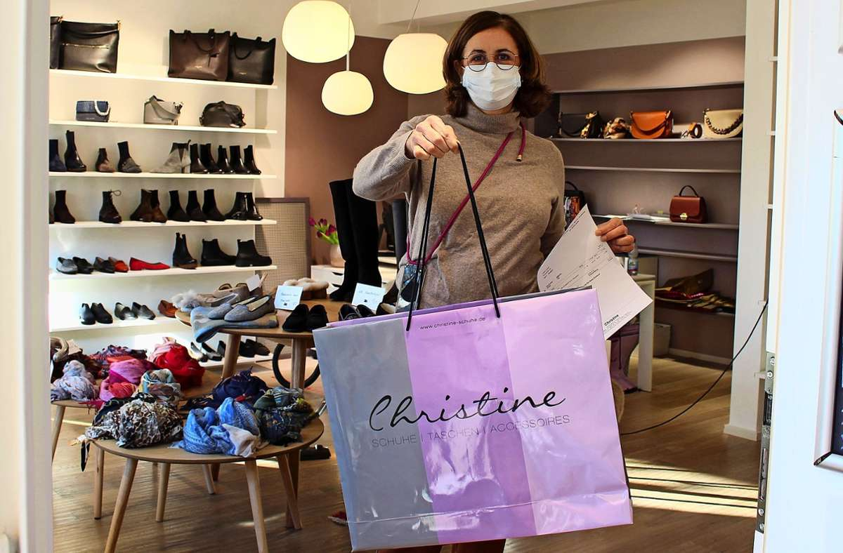Kunden dürfen aktuell nicht in Martina Bartles Geschäft, aber sie dürfen bestellte Waren abholen. Das klappt gut. Foto: Caroline Holowiecki