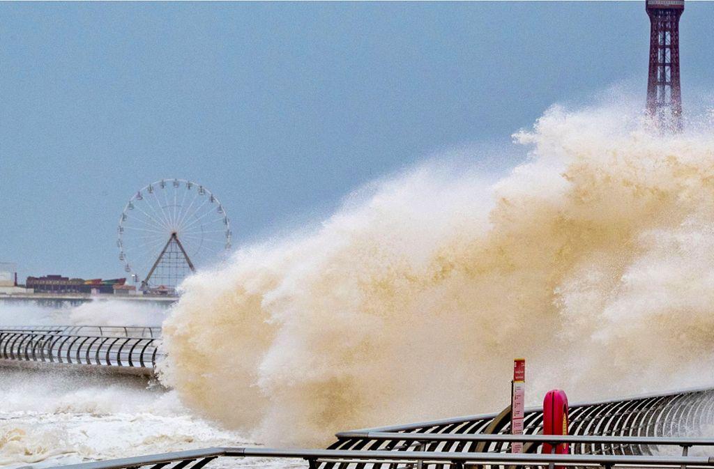 Riesige Wellen schlagen über die Uferpromenade im britischen Blackpool. Foto: dpa/Peter Byrne