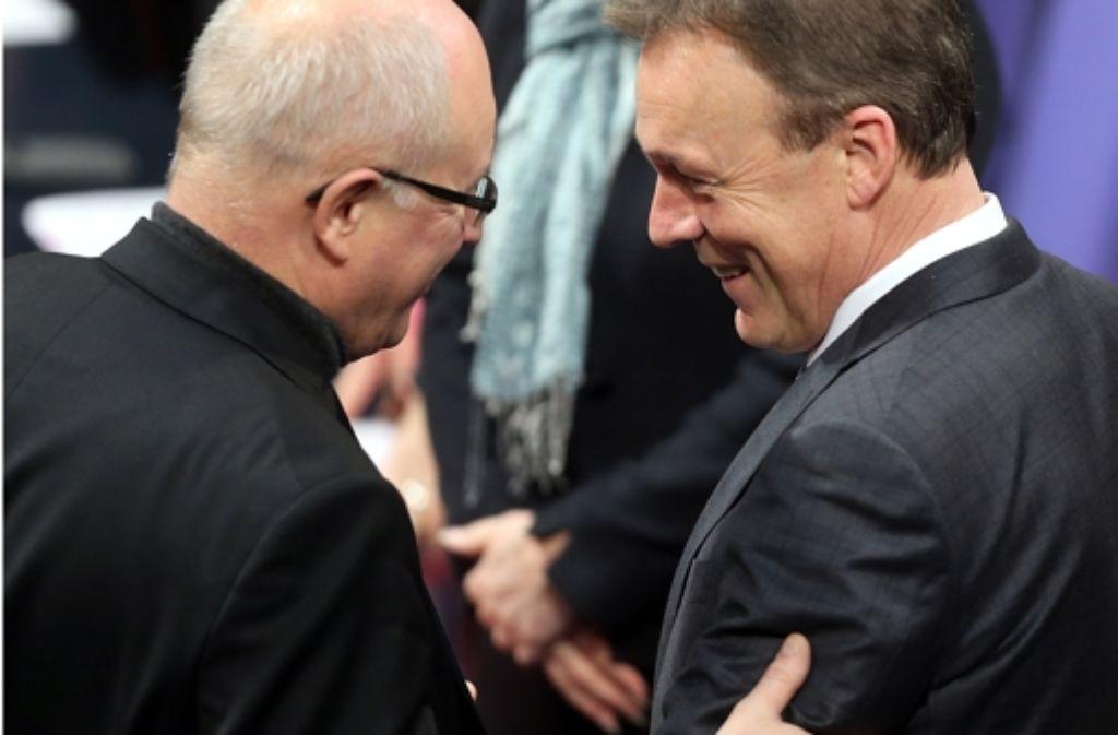 Fast wie beste Freunde: Volker Kauder und Thomas Oppermann begrüßen sich am Freitag im Bundestag. Foto: dpa