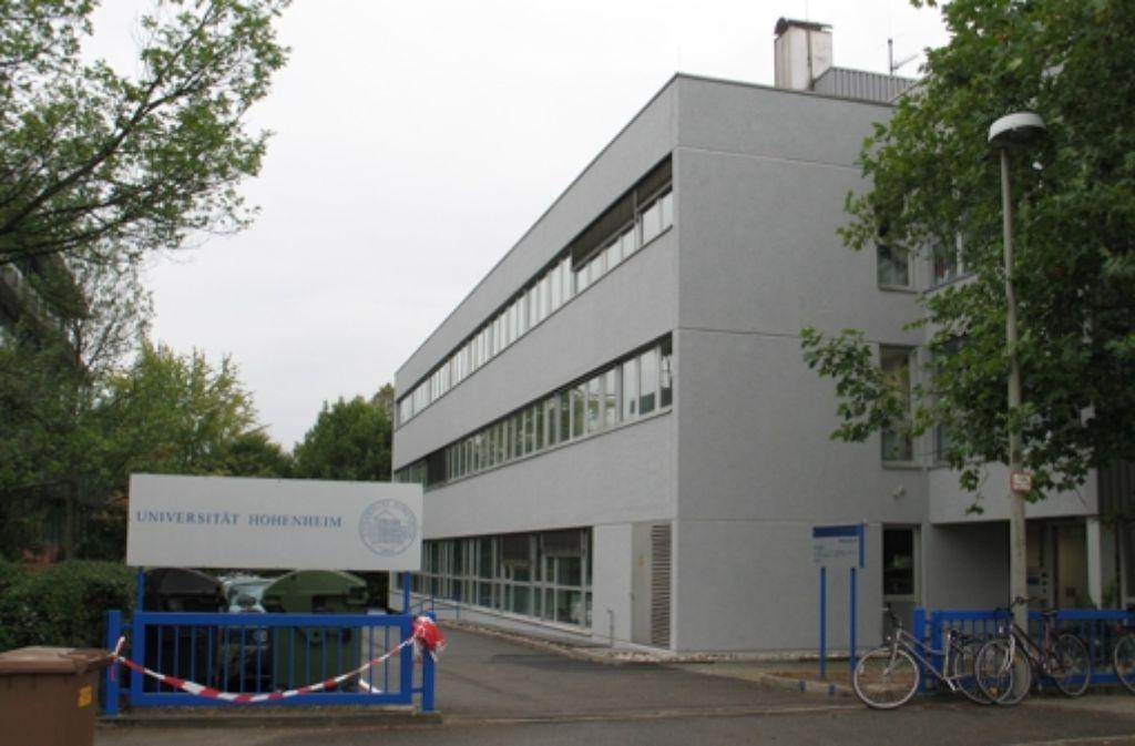 Die Stadt soll prüfen, ob das  Gebäude am Wollgrasweg 43 ein geeigneter Standort für die Landwirtschaftliche Schule sein könnte. Derzeit ist die Uni Hohenheim dort Mieterin. Foto: Archiv Bürkle
