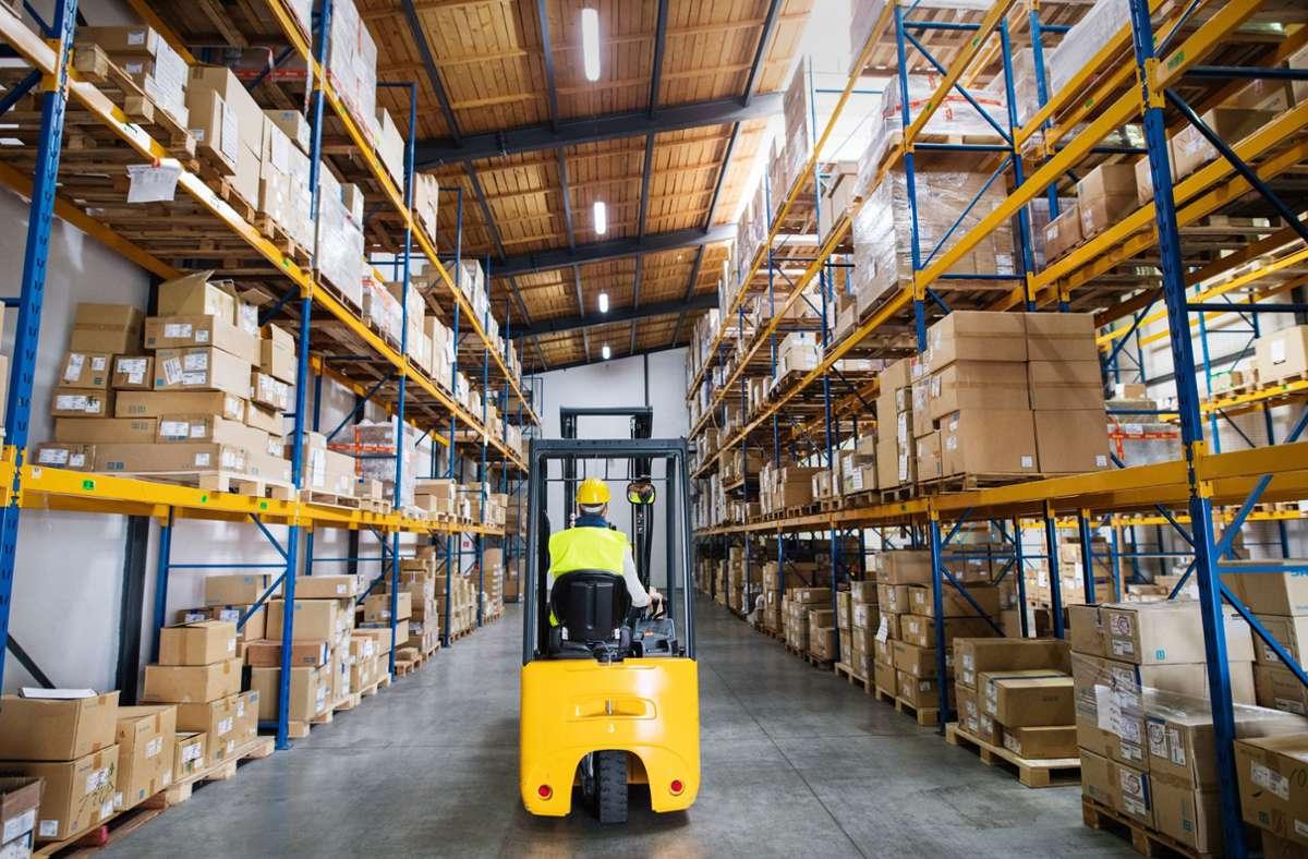 Staplerfahrer  gehören derzeit zu den  begehrten Qualifizierten bei Zeitarbeitsfirmen. Foto: imago images/halfpoint/halfpoint via www.imago-images.de