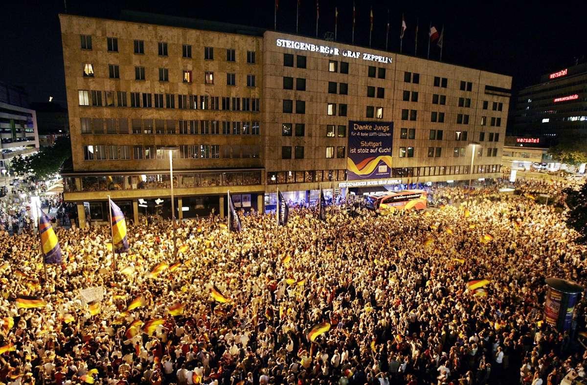 Gänsehautmoment: Tausende Fans begrüßen die deutsche Nationalmannschaft vor ihrem Quartier am Stuttgarter Hauptbahnhof. Foto: dpa/Marijan Murat