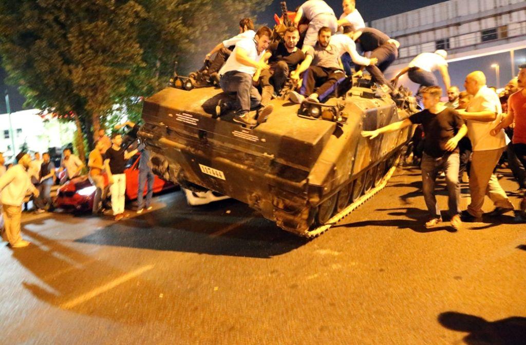 Ausnahmezustand in der Türkei: Demonstranten besetzen einen Panzer. Foto: dpa