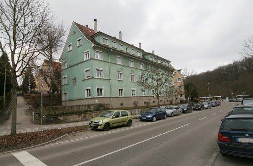 Drei Häuser des Bau- und Wohnungsvereins in Botnang sollen abgerissen werden – das dürfte sich aber bis Herbst 2016 verzögern. Foto: Torsten Ströbele