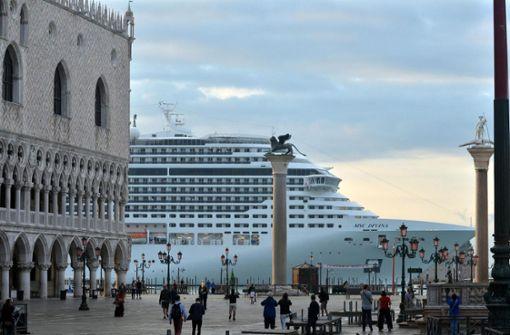 Kreuzfahrtschiff schrammt an Biennale-Pier vorbei