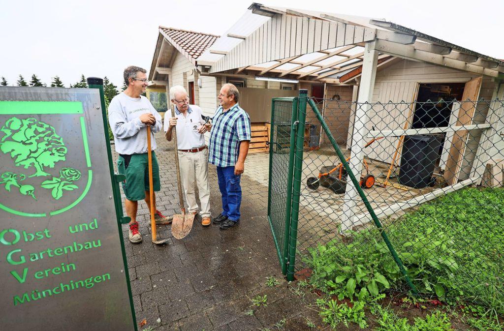 Ein Gelände, Werkzeug und ein Vereinshaus sind da  – Rainer Knoch, Peter Gruwe und Klaus Eckstein (von links)  suchen einen neuen Vorstand. Foto: factum/