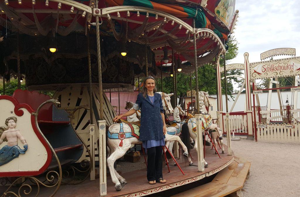 Eliszi an ihrem historischen Karussell. Mit ihrem Sohn Nino tritt sie mittlerweile im Clownsduo auf. Foto: Caroline Friedmann