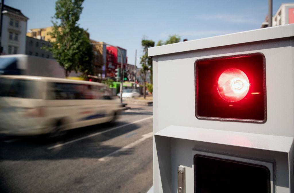 Autofahrer und der ADAC haben den Verdacht, dass es bei den Radarfallen um schnelle Einnahmen geht. (Symbolbild) Foto: dpa