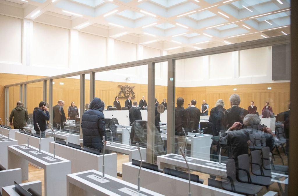 Die Angeklagten stehen vor der Urteilsverkündung im Prozess gegen vier mutmaßliche Anhänger der Terrorgruppe Dschabhat al-Nusra im Gerichtssaal. Foto: dpa/Sebastian Gollnow