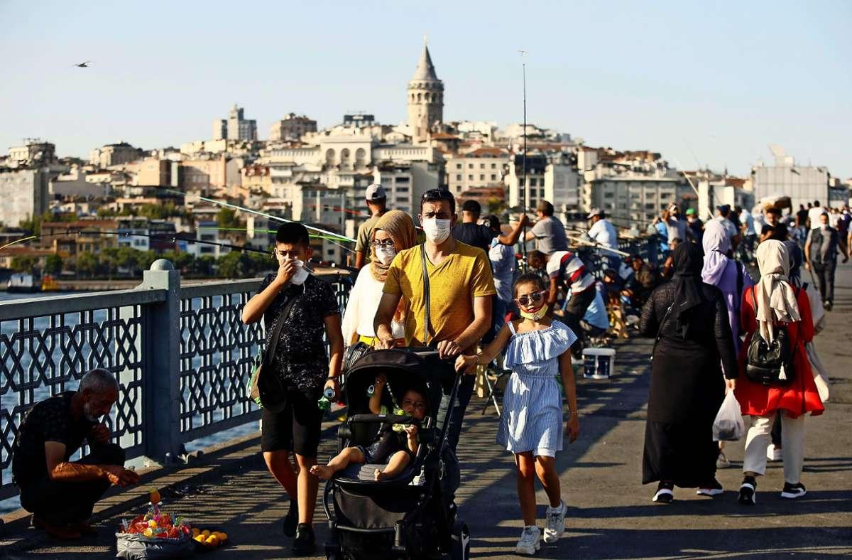 Passanten in Istanbul überqueren die Galatabrücke über den Bosporus. Foto: pa/Emrah Gurel