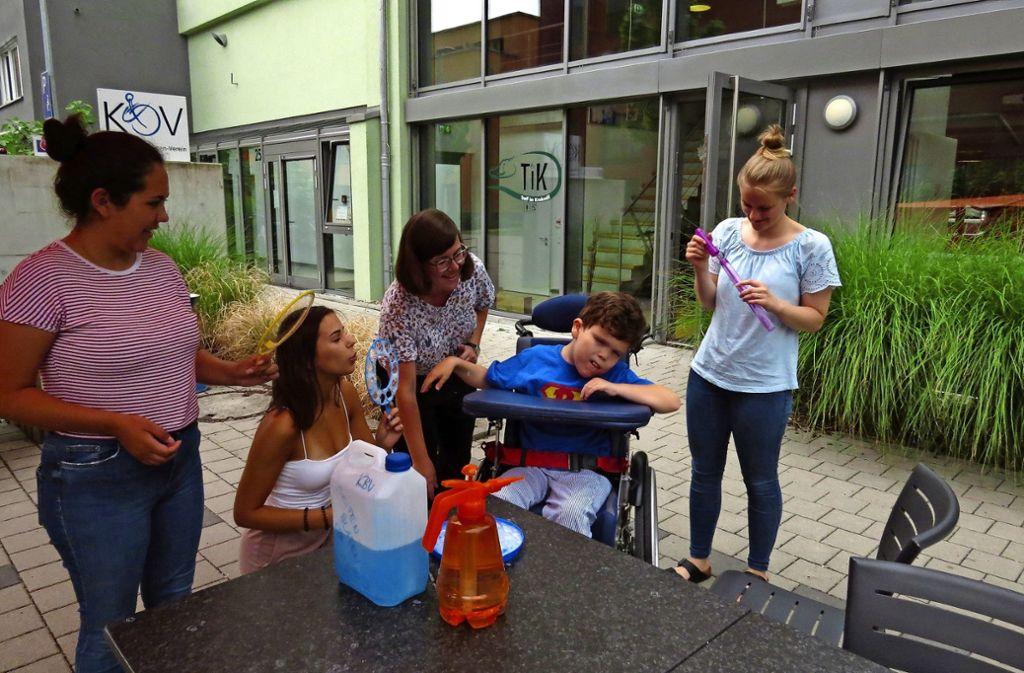 Die FSJ-lerinnen Carol und Marina, Caroline Müller vom Verein, der kleine Ben und die Praktikantin Anissa. Foto: Caroline Friedmann