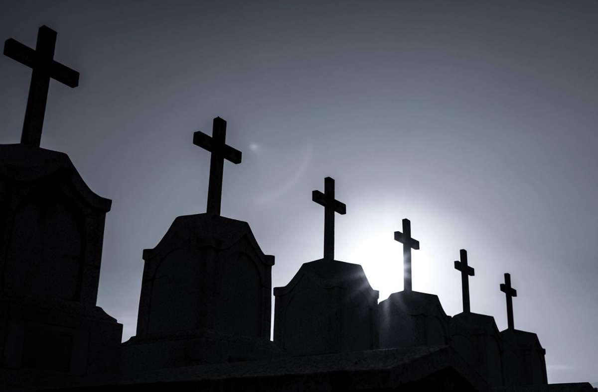 Statt ihn in die Leichenhalle in Wien  zu bringen, wurde der Tote in seinem Bett vergessen. Die Stadt will jetzt zeitig für eine Beerdigung sorgen. (Symbolbild) Foto: imago images/Panthermedia/Fahroni via www.imago-images.de