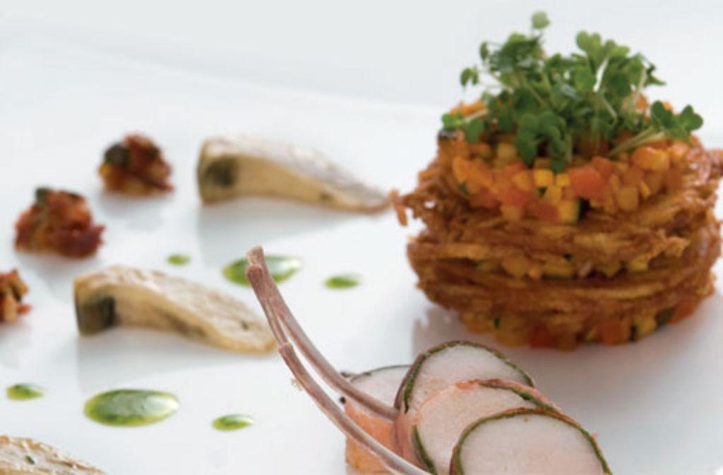 Kaninchenrücken [mit Speck und Salbei, Chorizo-Marinade und Rösti-Turm] Foto: Verlagsedition Netzwerk