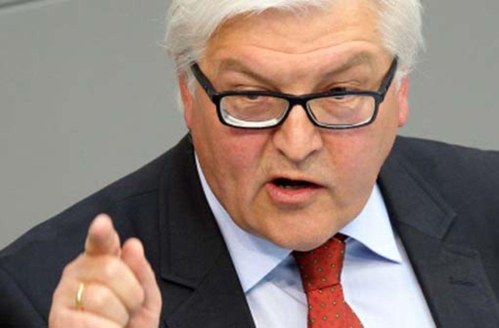 SPD-Fraktionschef Frank-Walter Steinmeier hat Wirtschaftsminister Philipp Rösler im ARD Morgenmagazin Verantwortungslosigkeit in der Griechenland-Debatte vorgeworfen. Foto: dpa