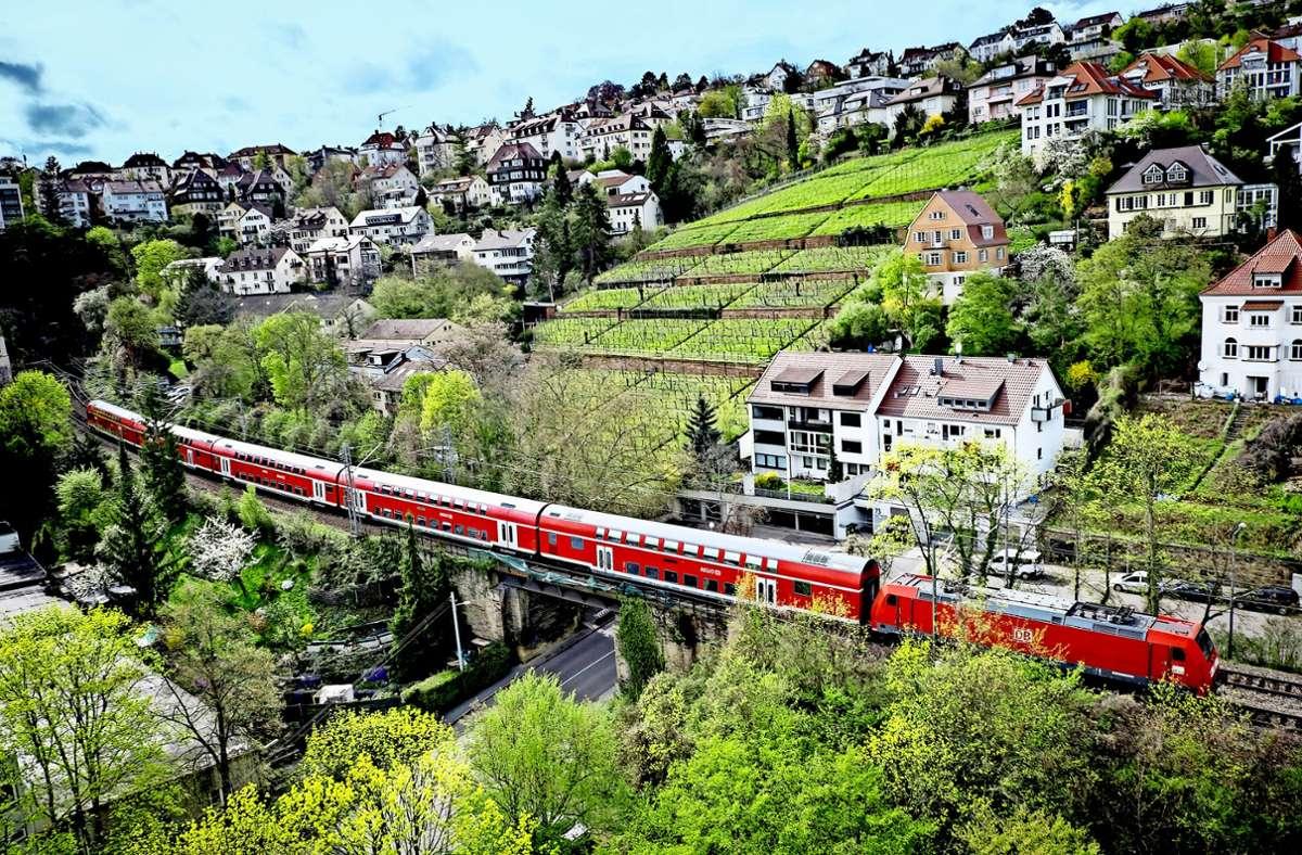 Züge der Gäubahn schlängen sich durch idyllische Lagen Stuttgarts. Den Hauptbahnhof werden sie ab Mitte 2025 nicht mehr erreichen. Sie sollen dann in Vaihingen halten. Foto:Achim Zweygarth/Lichtgut