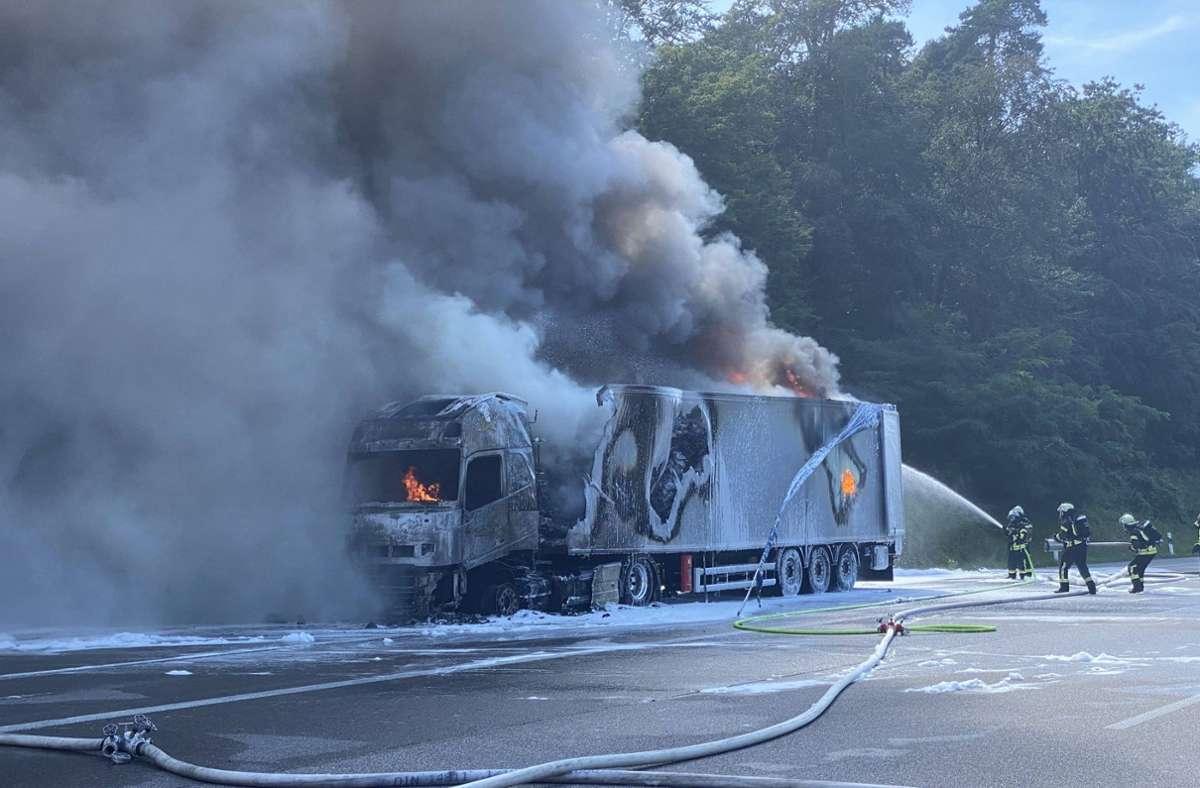 Die Feuerwehr wurde zu dem Brand auf der A8 gerufen. Foto: 7aktuell.de/Nils Reeh