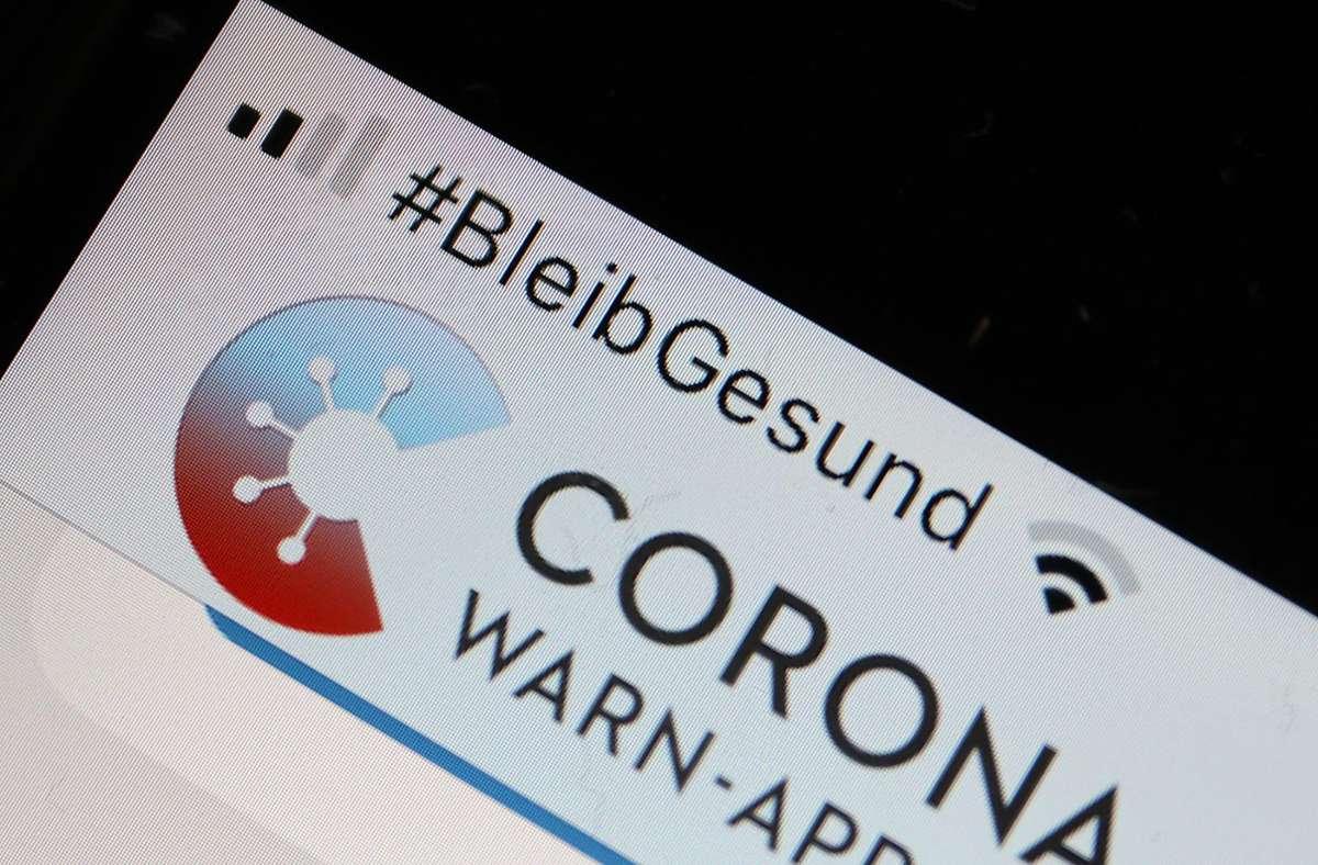 Die Corona-Warn-App soll bei der Nachverfolgung von Kontaktpersonen helfen. (Archivbild) Foto: dpa/Oliver Berg
