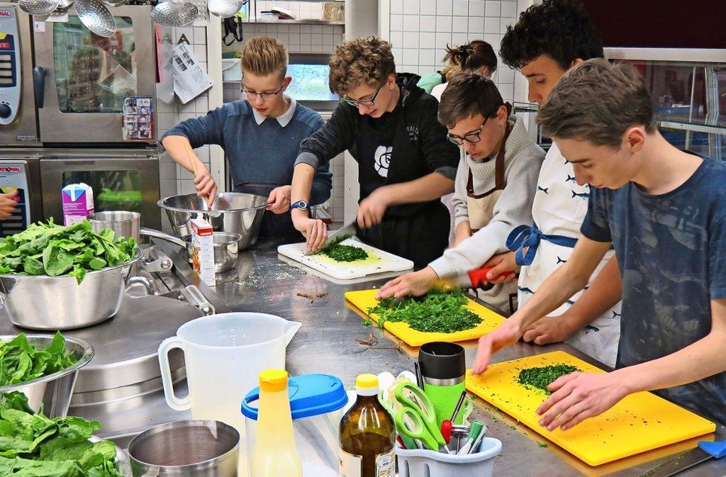 Selbst gemachte Maultaschen, Salat und Obstsalat zum Nachtisch: Die französischen Austauschschüler kochen für ihre Sillenbucher Gastgeber Foto: Julia Bosch