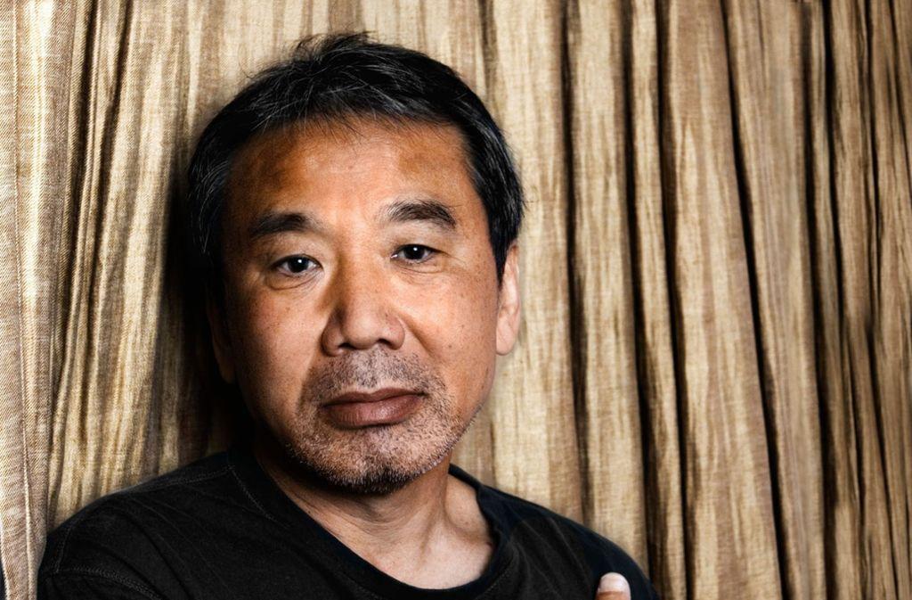 Haruki Murakami ist ein scheuer Mensch, der ungern Interviews gibt. Er lässt lieber seine Bücher sprechen, zum Beispiel die in unserer Bildergalerie. Foto: ©TEDESKINO