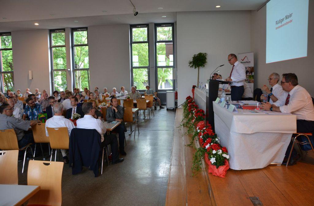 Vorstandsvorsitzender Rüdiger Maier  (stehend) legte bei der Mitgliederversammlung den Geschäftsbericht  vor. Foto: Thomas Weingärtner