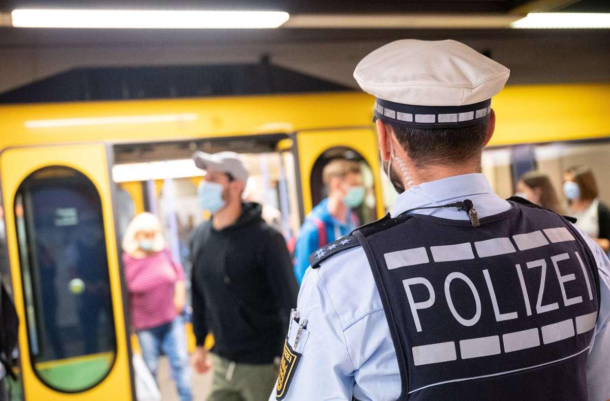 60 Beamte stehen an den  Bahnsteigen und fahren in Stuttgarter Bussen und Stadtbahnen mit. Foto: dpa/Sebastian Gollnow