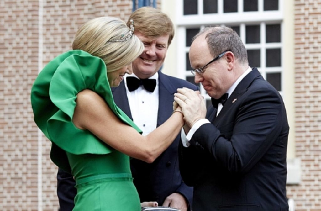 Der niederländische König Willem-Alexander und seine Frau Máxima heißen Prinz Albert (rechts) willkommen. Foto: dpa