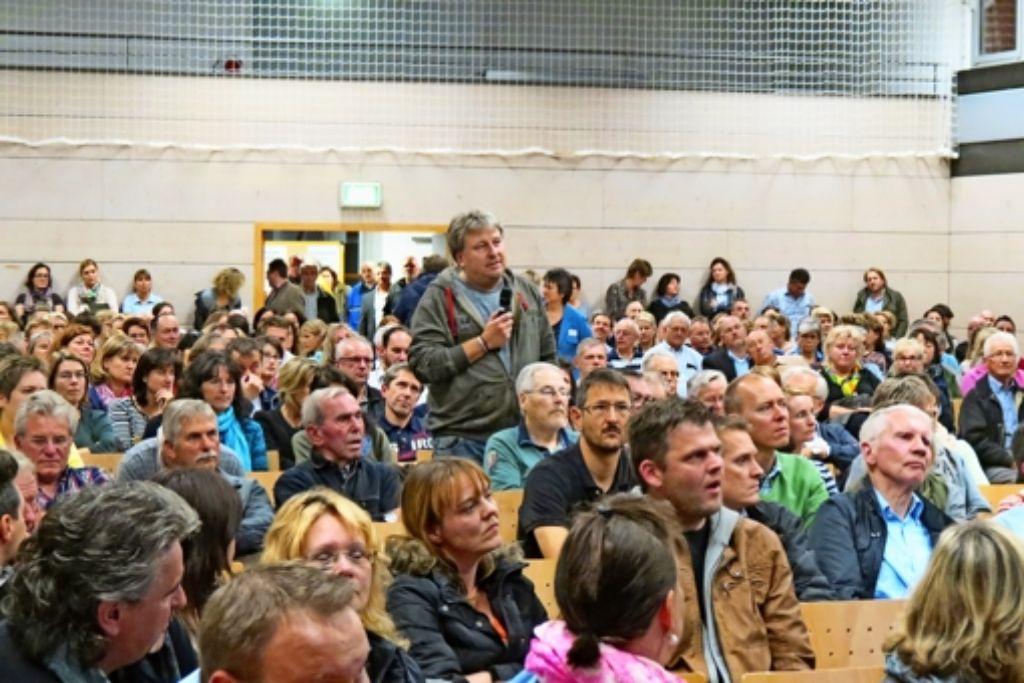 Die Weilerhauhalle war voll, als über Flüchtlinge diskutiert wurde. Foto: Häusser