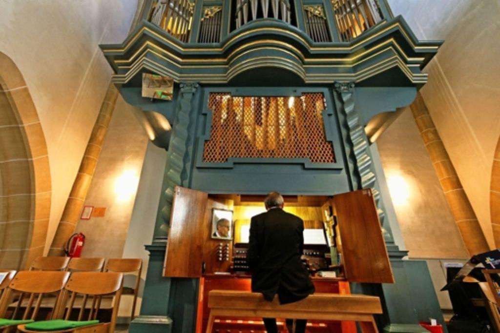 Kein Kinderspiel: seit Jahren kämpft der Kantor Hansjörg Fröschle mit den technischen Tücken der Stadtkirchenorgel. Foto: factum/Granville