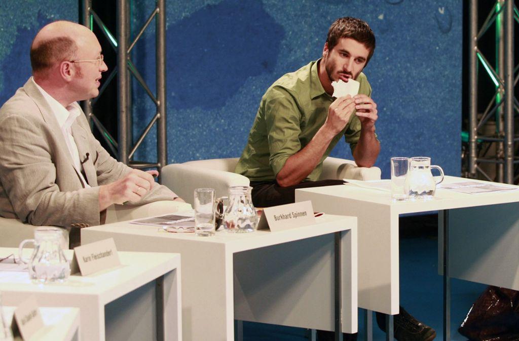 Beim Bachmann-Wettbewerb hat Philipp Weiss, rechts, seinen Text kurzerhand verspeist, nach dem ihn die Jury kritisiert hatte. Burkhard Spinnen sieht ihm dabei. Foto: AP