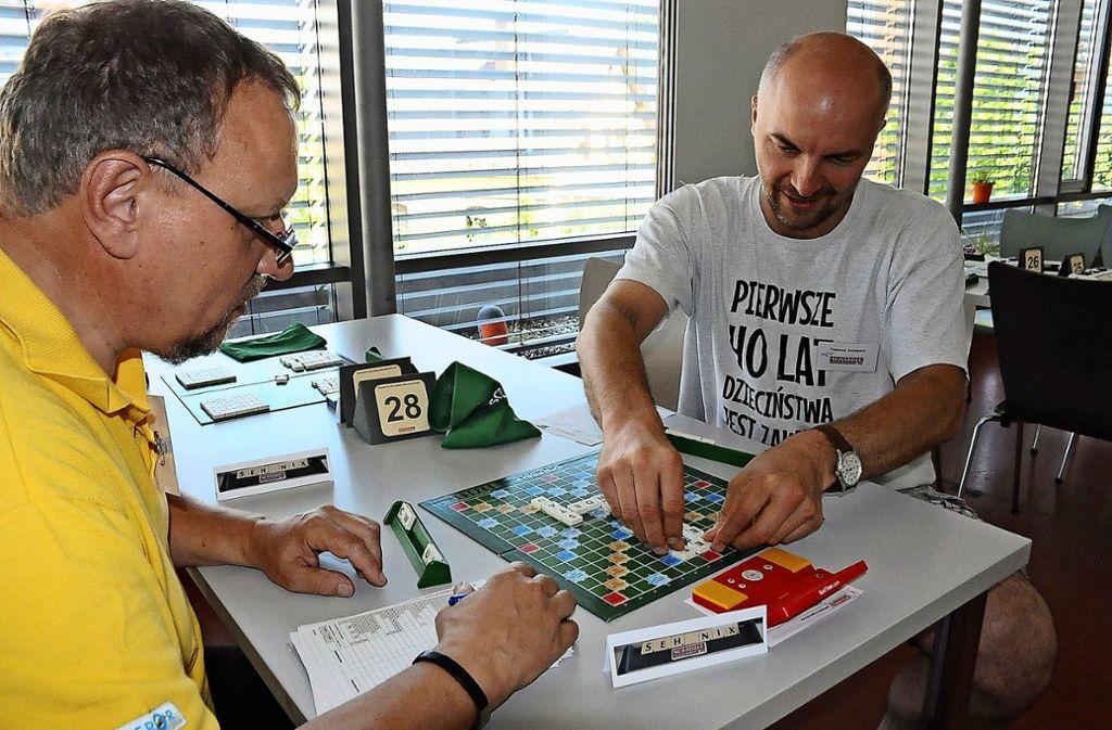 """Ernie Dembowsky (links) und Tomasz Lempart sortieren bei der Deutschen Scrabble-Meisterschjaft im Werk-Haus ihren """"Buchstabensalat"""". Foto:"""