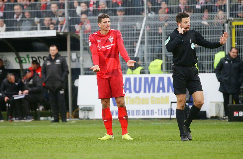 Schiedsrichter Harm Osmers hat Kontakt nach Köln, Mario Gomez schwant Übles Foto: Baumann