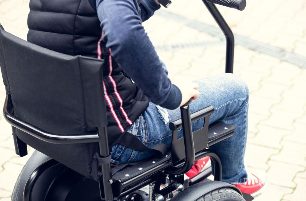 Die Polizei zog den Fahrer eines Elektrorollstuhls in Geislingen aus dem Verkehr. (Symbolbild) Foto: Shutterstock/rzoze19