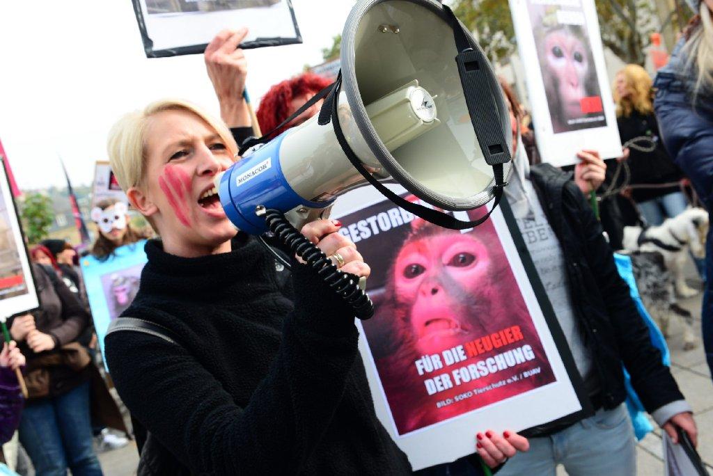 Tierschützer haben in Stuttgart gegen Versuche an Affen protestiert. Foto: www.7aktuell.de  