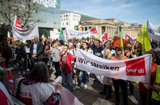 Tausende demonstrieren in Stuttgart für bessere Löhne