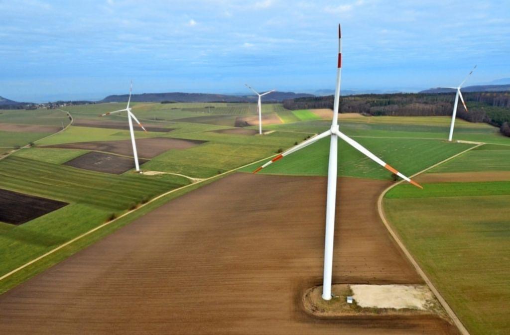 Mehrere Windräder drehen sich am 18.11.2011 bei Lauterburg (Ostalbkreis) auf der Schwäbischen Alb. Foto: dpa