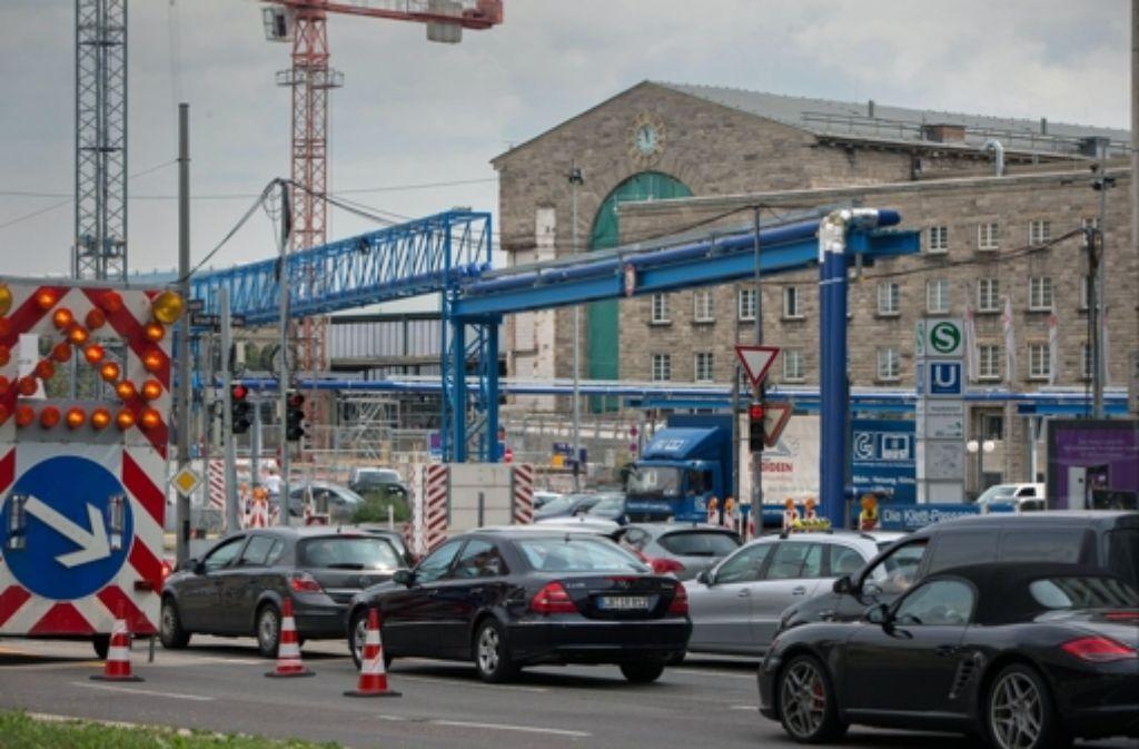 Erneut in der Debatte: die blauen Rohre des S-21-Grundwassermanagements, hier vor dem Stuttgarter Hauptbahnhof. Foto: Nordrundschau