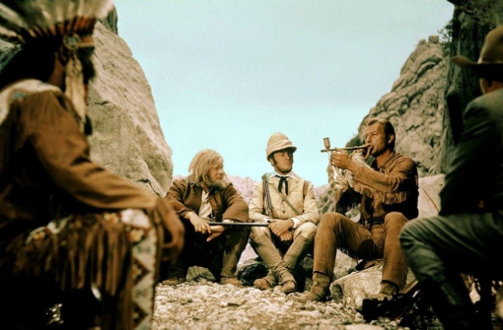 """Sam Hawkens (Ralf Wolter, links) und Lord Castlepool (Eddi Arent, Mitte) in dem Film """"Winnetou und Shatterhand im Tal der Toten"""" Foto: dpa"""