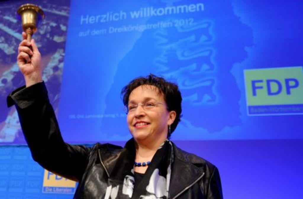 Birgit Homburger, die Landesvorsitzende der baden-württembergischen FDP, eröffnet am Donnerstag in der Liederhalle in Stuttgart mit einer Glocke den Landesparteitag der FDP. Foto: dpa