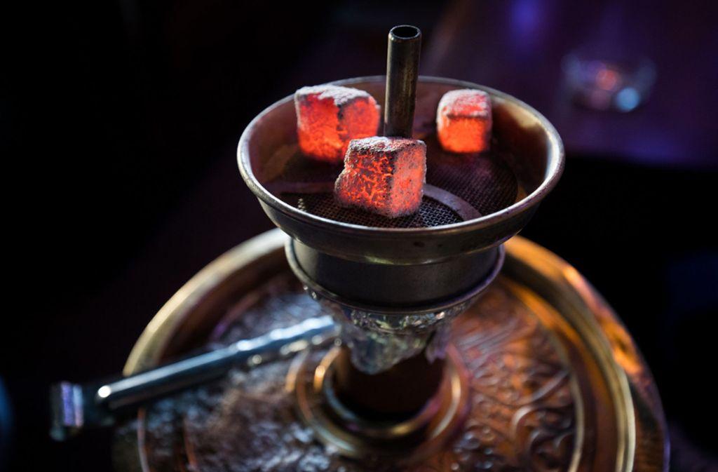 Das Kohlenmonoxid entsteht durch die glühende  Holzkohle über dem Tabak der Wasserpfeifen. Foto: dpa/Christian Charisius
