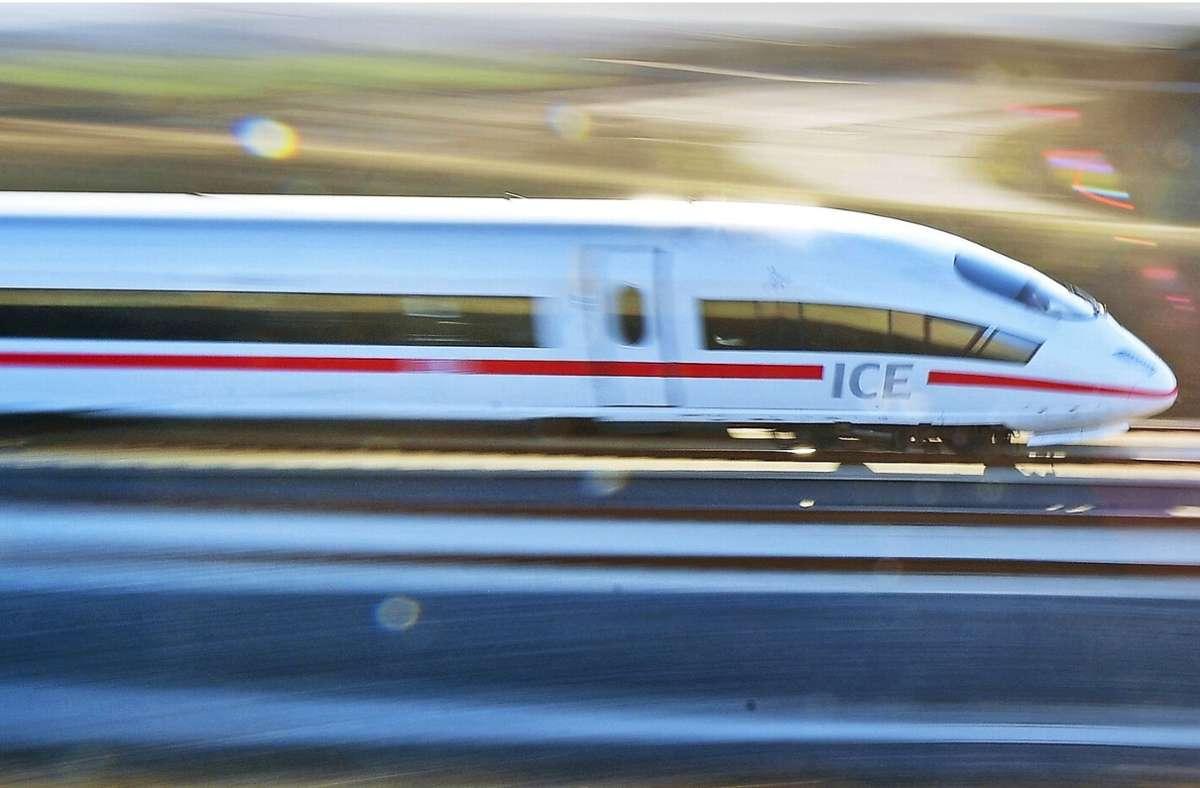 Ein ICE in Richtung Stuttgart überrollte mehrere Schottersteine (Symbolbild). Foto: dpa/Martin Schutt