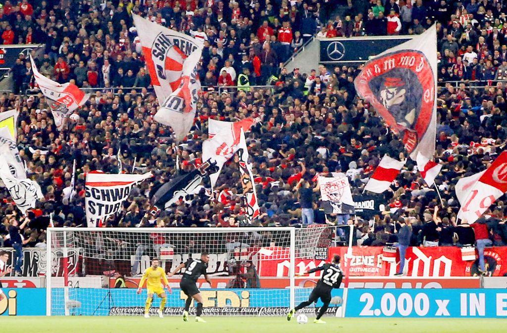 Beim Spiel gegen Eintracht Frankfurt wenden viele  Fans in der Cannstatter Kurve dem VfB ihren Rücken zu. Foto: Baumann