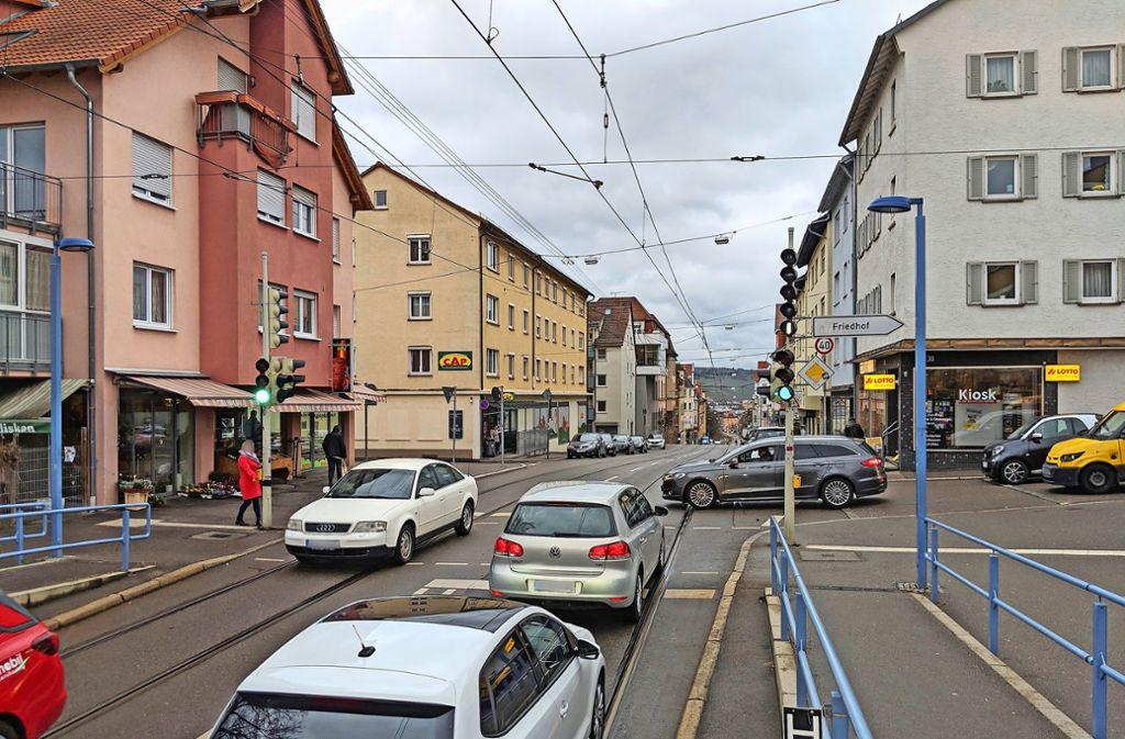 Der Durchgangsverkehr rollt an dem kleinen Gaisburger Ladenzentrum an der Landhausstraße mit dem CAP-Markt  weitgehend vorbei. Foto: Jürgen Brand