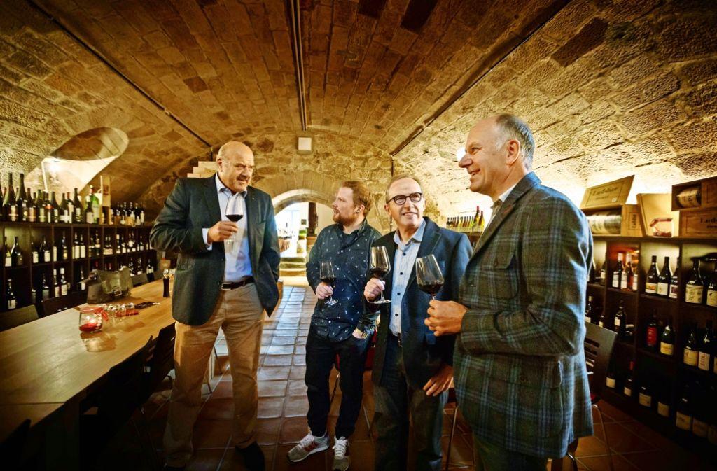 Siegerprobe: Bernd Munk und Jürgen Off (links und rechts) von der Weinmanufaktur, Moritz und Hans Haidle (Mitte) Foto: Gottfried Stoppel