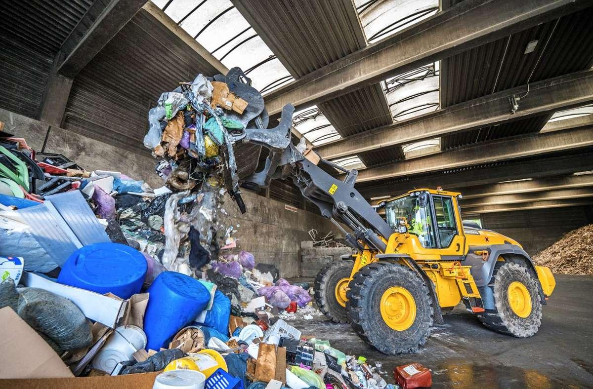 Das Müllaufkommen ist derzeit in allen Bereichen hoch. Das Bild zeigt die Sperrmüllabteilung der ETG in Holzheim. Foto: /Foto: Giacinto Carlucci