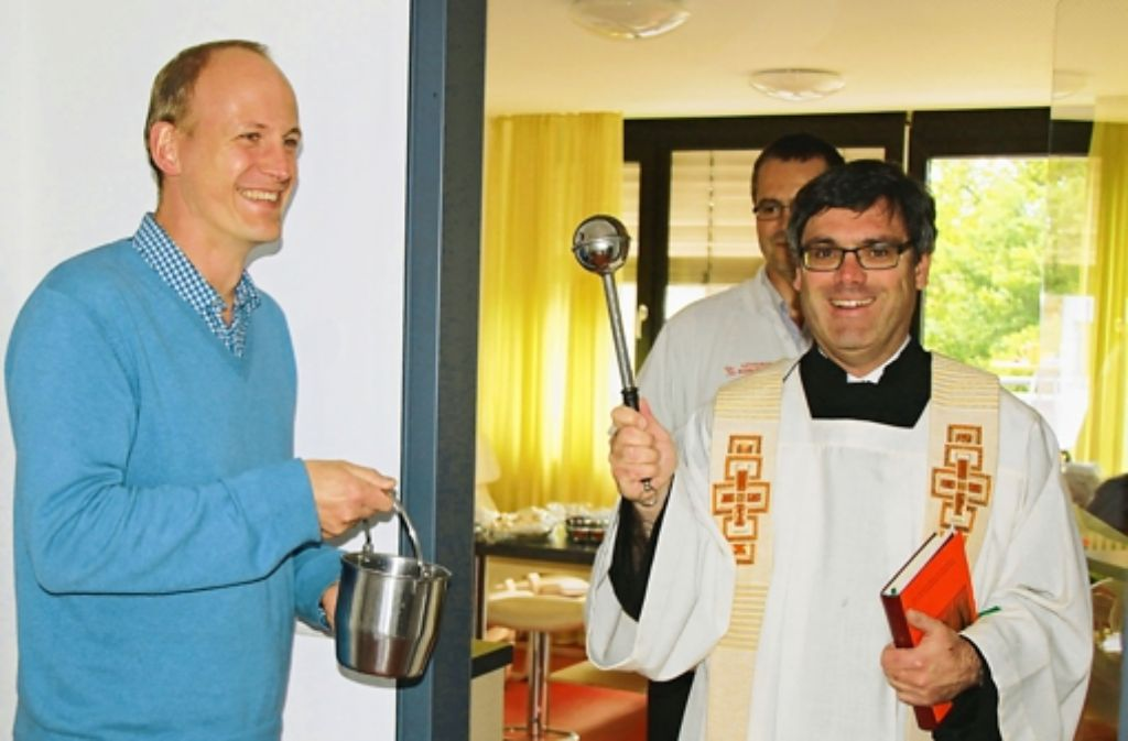 Pfarrer Stefan Ruf segnet die neuen Räume der Pflegegruppe Filder im Gemeindezentrum Christius König. Foto: Ralf Recklies