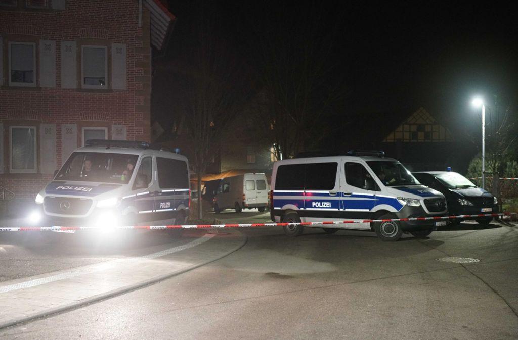 Die Polizei hat den Tatort abgesperrt. Der mutmaßliche Täter soll mit den Opfern verwandt gewesen sein. Foto: SDMG/SDMG / Kohls