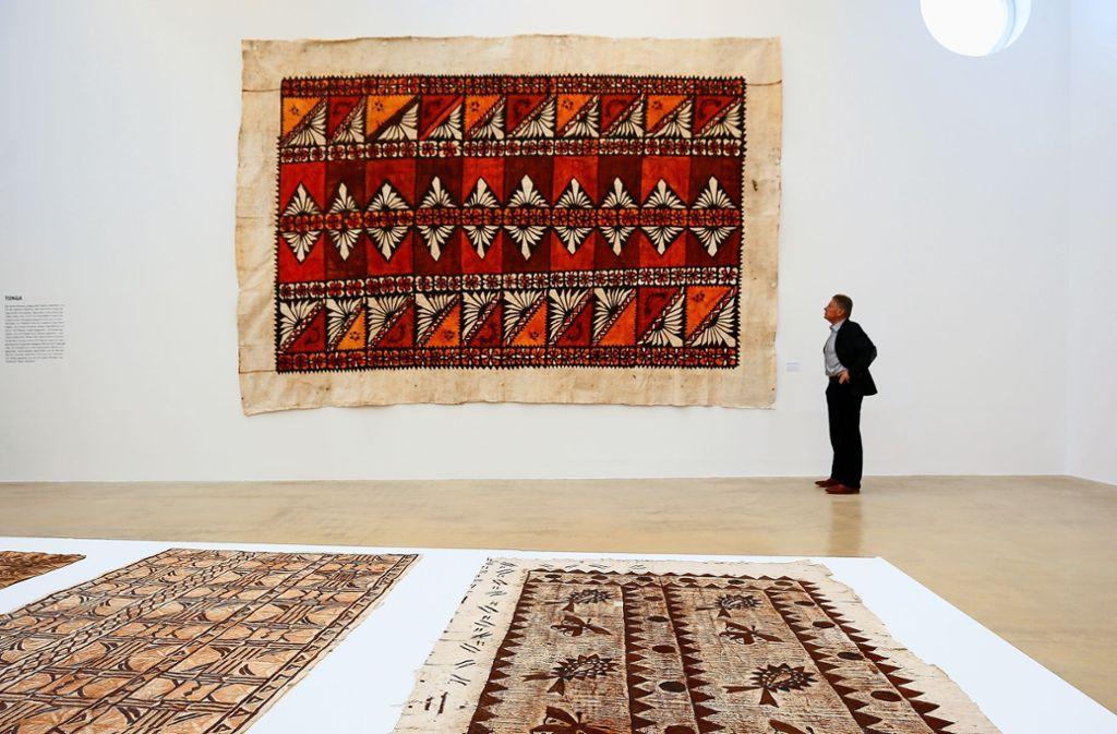 Diese Tapa misst knapp 25 Quadratmeter. Der Kunstsammler Peter Klein ist fasziniert von den Texturen, die aus dem Bast des Papiermaulbeerbaums gewonnen werden. Foto: factum/Granville