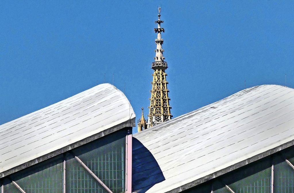 Architektonischer Kontrast:  Esslingens jüngstes Baudenkmal ist die Schelztorsporthalle, eines der ältesten die Frauenkirche (im Hintergrund). Foto: Christine Keinath