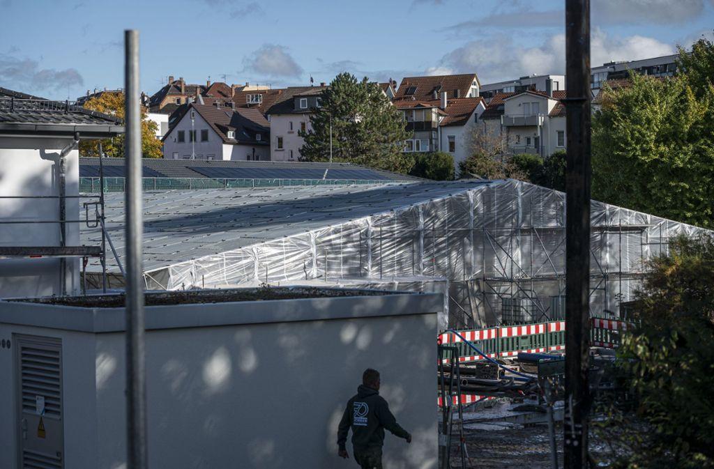 Ein Zelt macht die Baustelle des Mineralbad Berg winterfest. Foto: Lichtgut/Leif Piechowski