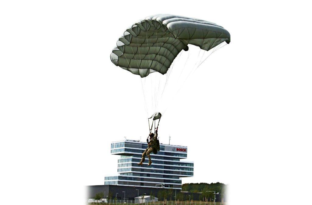Diesen Anblick wird es in einigen Jahren so nicht mehr geben: Ein Fallschirmspringer landet auf dem Flugplatz vor dem Boschturm in Malmsheim. Foto: Andreas Gorr
